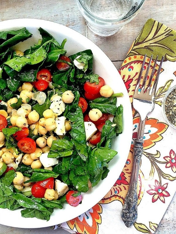 With 5 minutes, and7 ingredients, you, too, can be eating this healthy and delicious Spinach, Mozzarella, Tomato and Chickpea Salad!