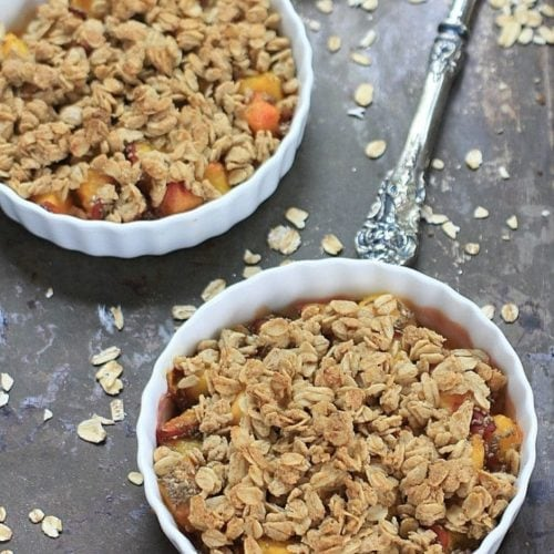 Simple, healthy, and delicious! You'll love this Easy Peach Crisp with gluten free oats, chia seeds, and ripe, summer sweet peaches! | Recipe @thespicyrd www.eastewart.com