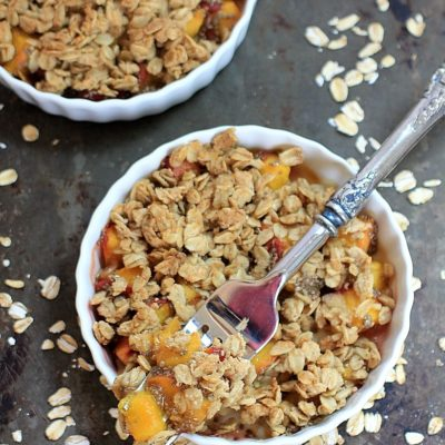 Easy Peach Crisp with Chia Seeds and Ginger ( Vegan + Gluten Free ) | Recipe @thespicyrd www.eastewart.com